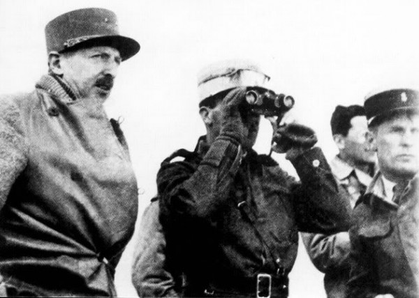 General Koenig (left of picture) of the Free French, victor of Bir Hakeim